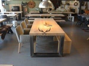Industriele eiken tafel met stalen U poten vervaardigd uit koker 12x12cm. Deze tafel biedt zeer veel zitplaatsen tussen de poten