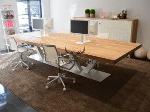 Prachtige grote vergadertafel XL van eikenhoute. Deze grote eikenhouten vergadertafel XL is werkelijk een plaatje om te zien en gelijk zin om te werken