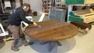 De ronde tafel van eikenhout kunnen wij in elke kleur behandelen die u maar wilt