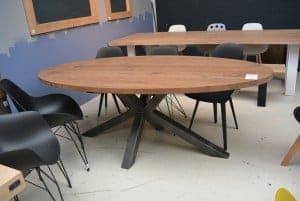 Prachtige notenhout ovale tafel met stalen poot in het midden voor optimale zitruimte