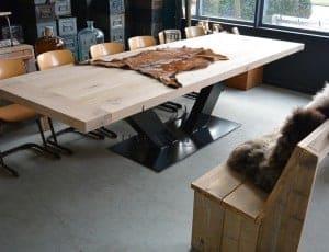 Grande eettafel eikenhout is gemaakt van massief eikenhout met een prachtig staal onderstel. De stoere tafel eikenhout kan in elke afmeting worden gemaakt