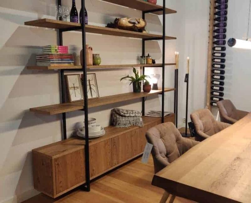 Boekenkast op maat gemaakt met audio meubel onderop