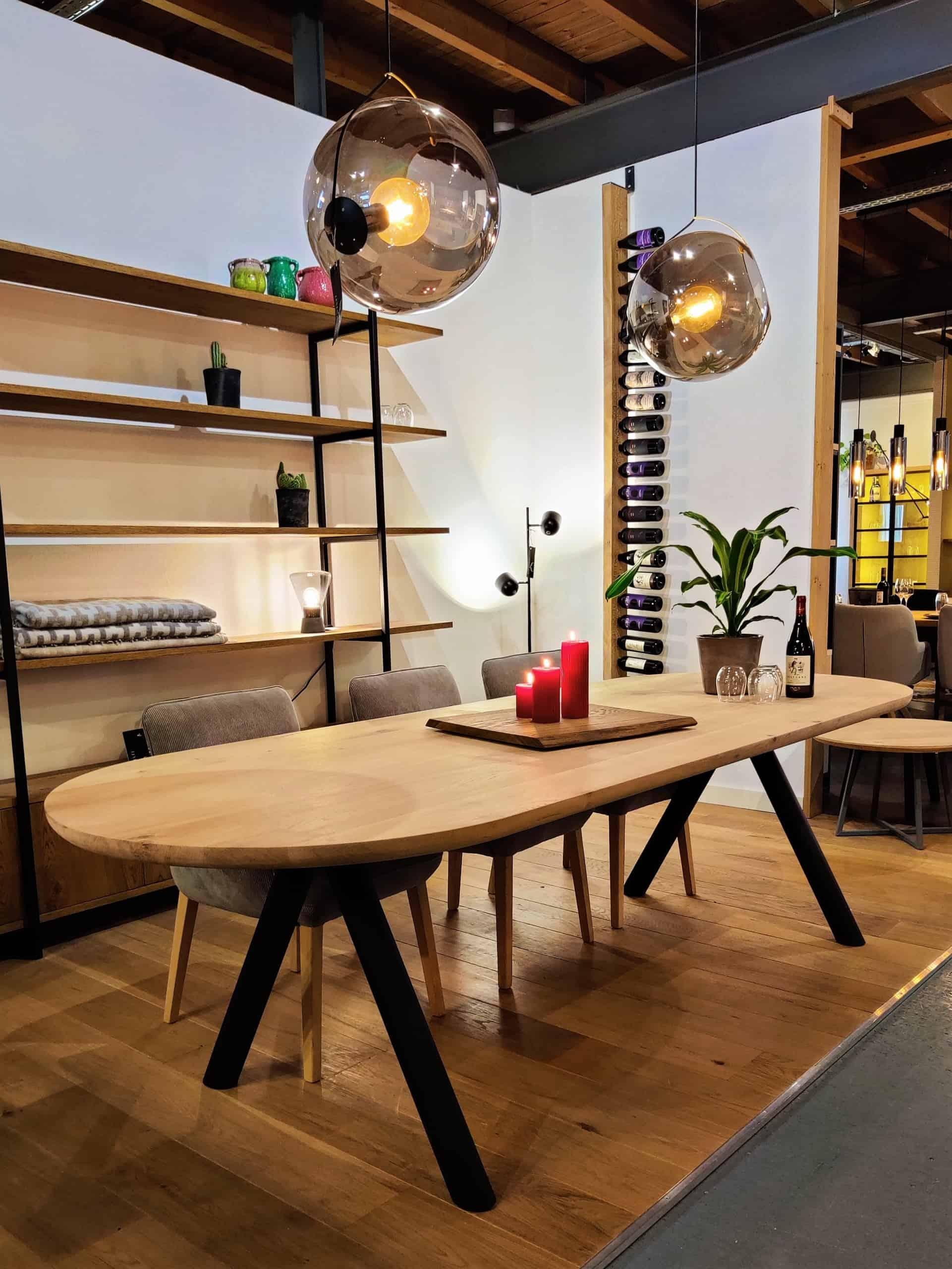 Design tafel met ronde uiteindes. Elke randafwerking is mogelijk.