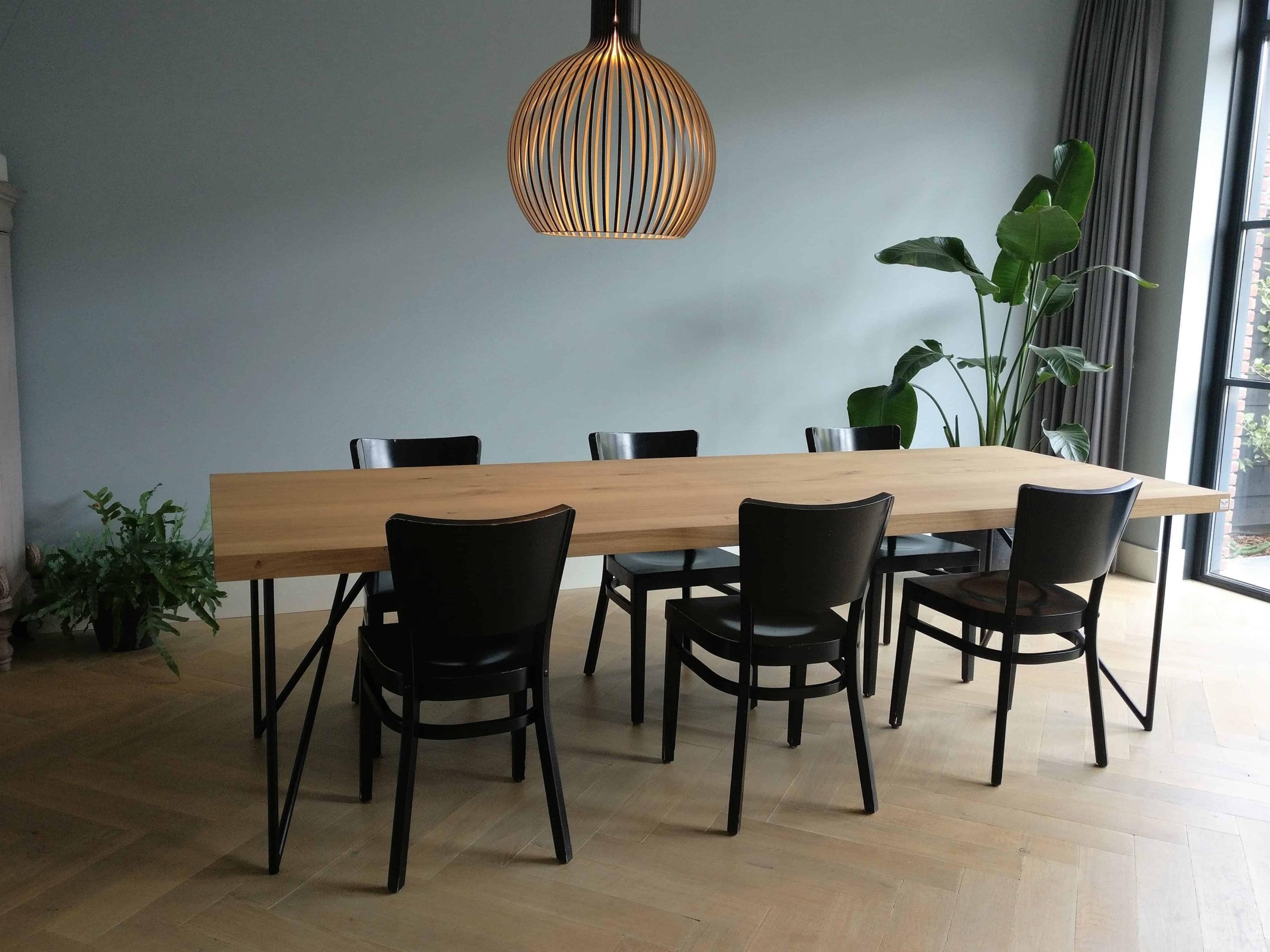 Eikenhouten tafel slanke poten
