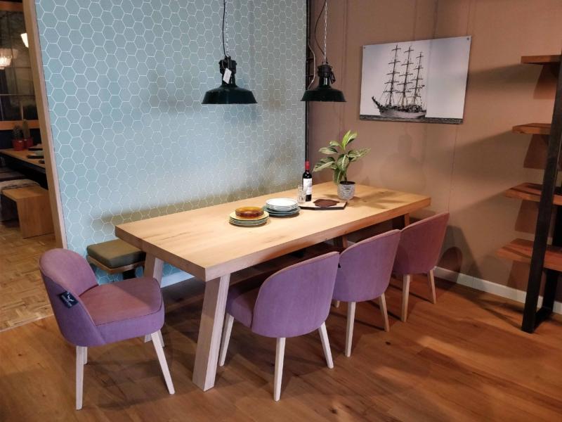 Eettafel met schuine houten poot