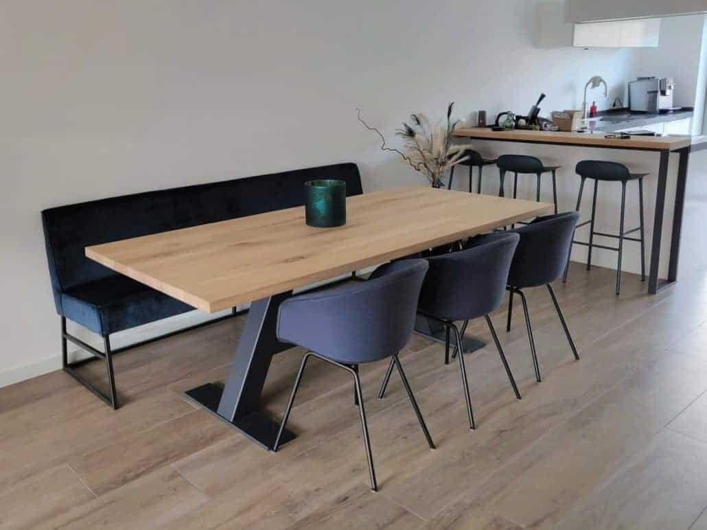 Eettafel voor stoelen rondom