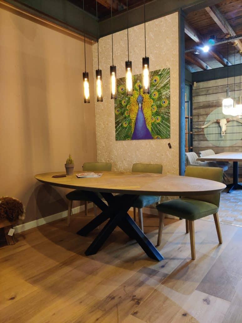 Langwerpig ronde tafel met kruispoot