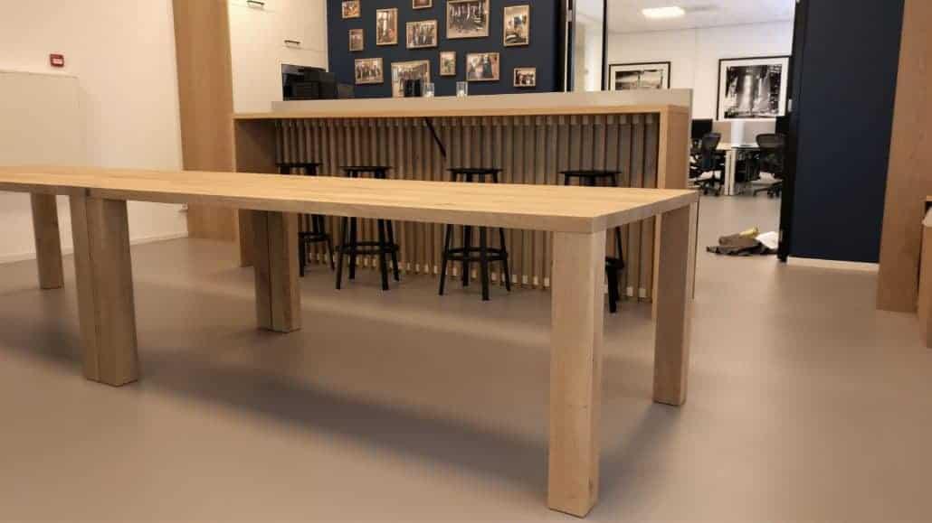 Kantine meubel met massieve houten poten