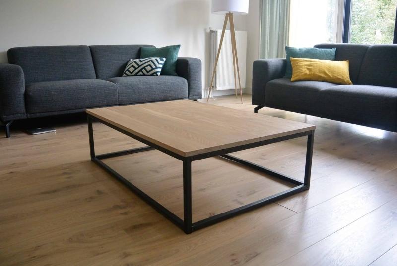 Design eiken salontafel met open metalen onderstel