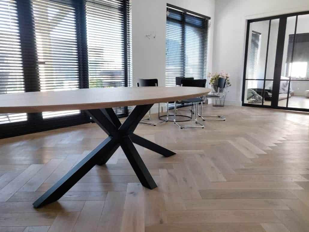 Ovale tafel op een visgraat vloer