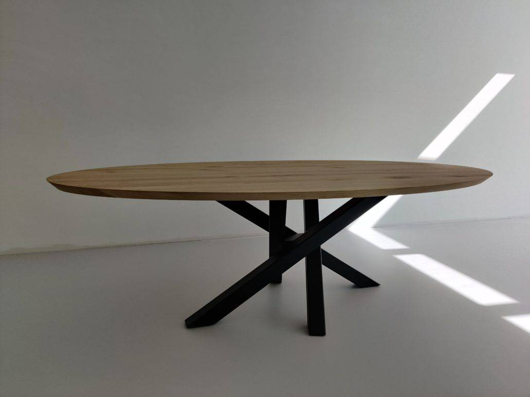 Ovalen tafel met gekruiste poten