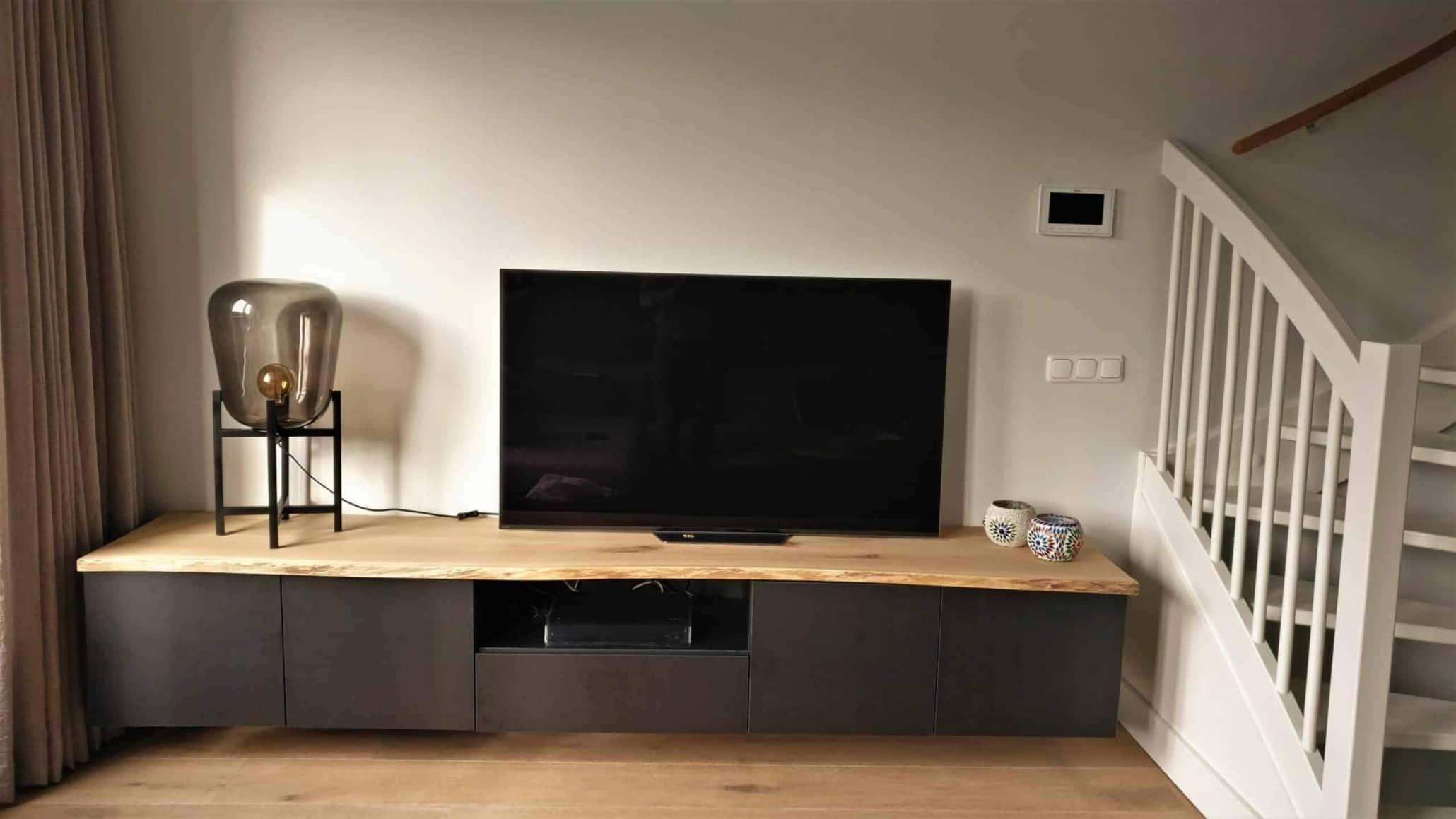 TV Kastje met boomstam blad