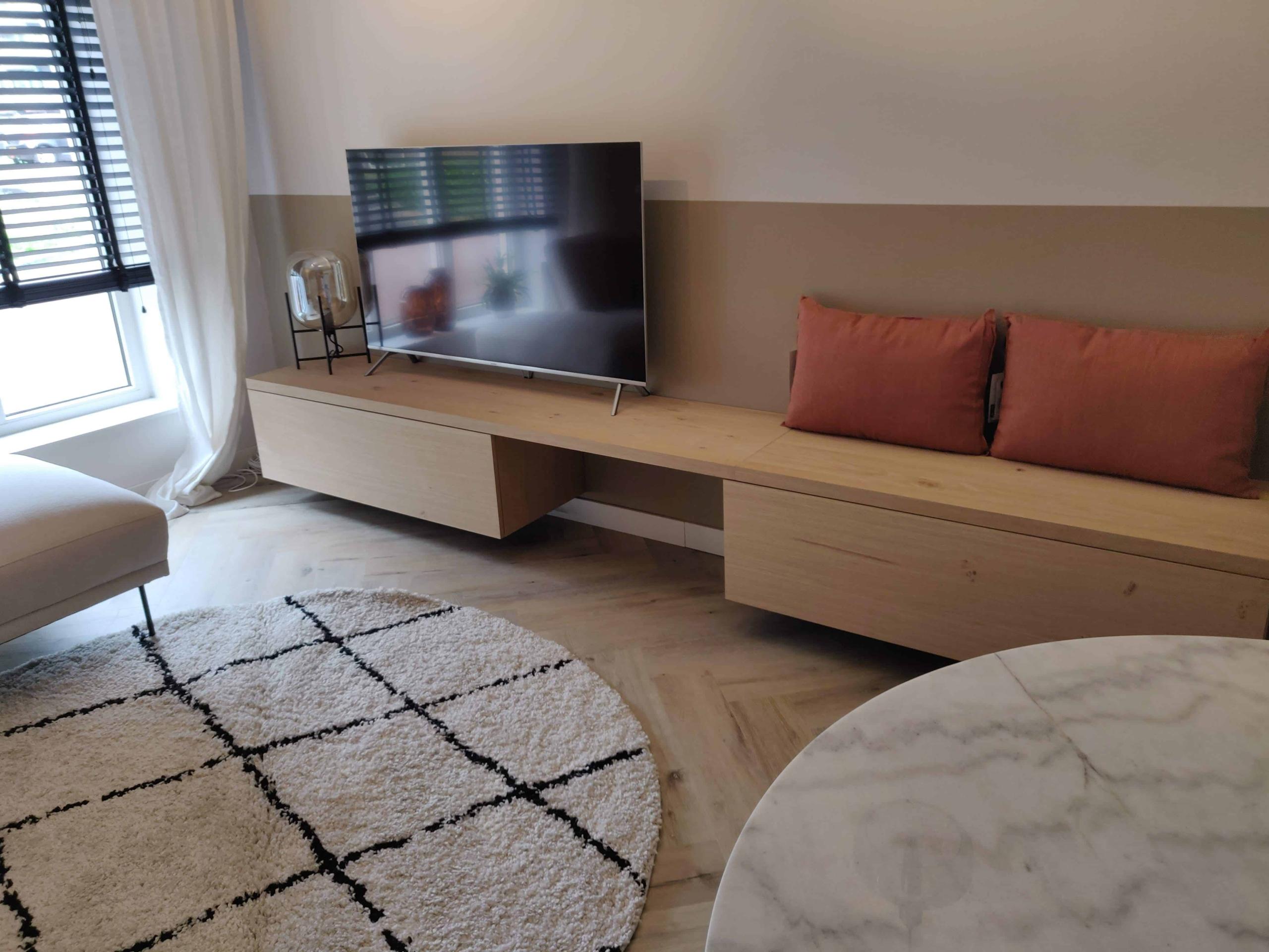 TV meubel met bank en zitruimte aan de muur / wand gemonteerd