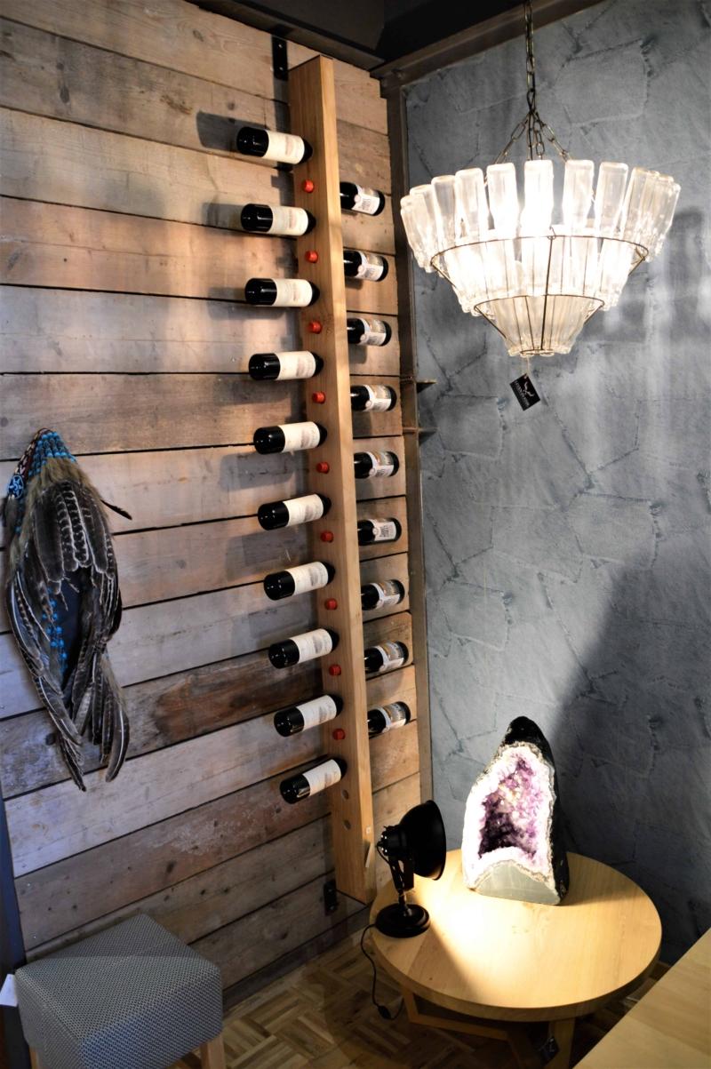 Houten wijnrek voor aan de muur