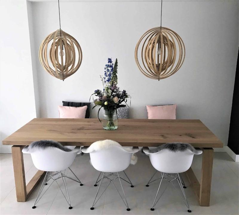 Strakke eikenhout eettafel met houten poot en zwevend blad