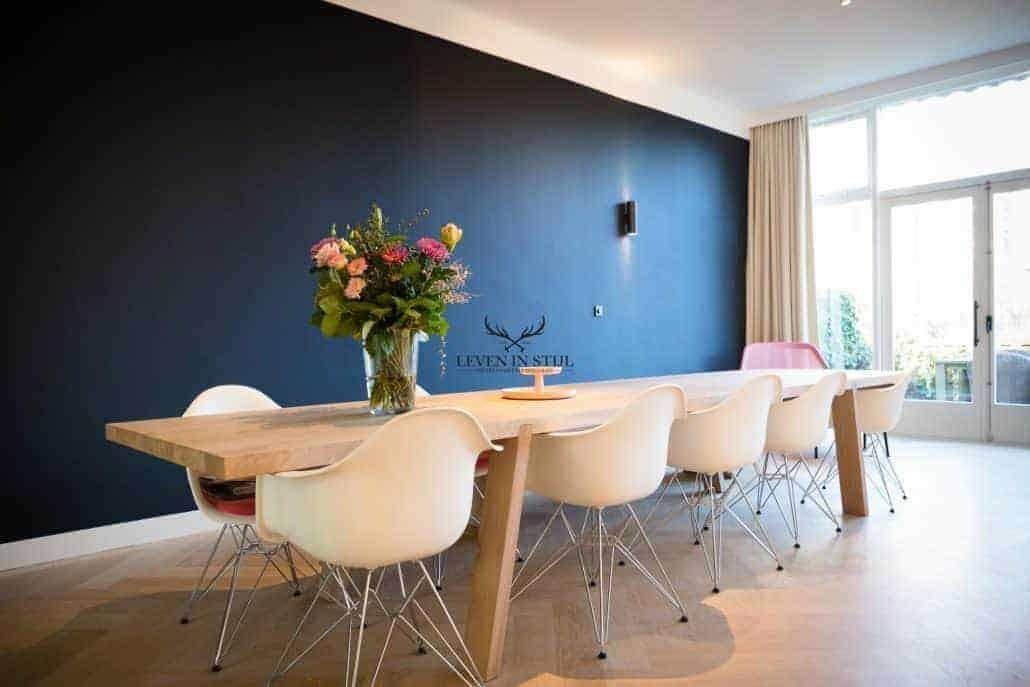 Wat staat onze strakke eiken tafel prachtig is dit interieur, speciaal op maat gemaakt