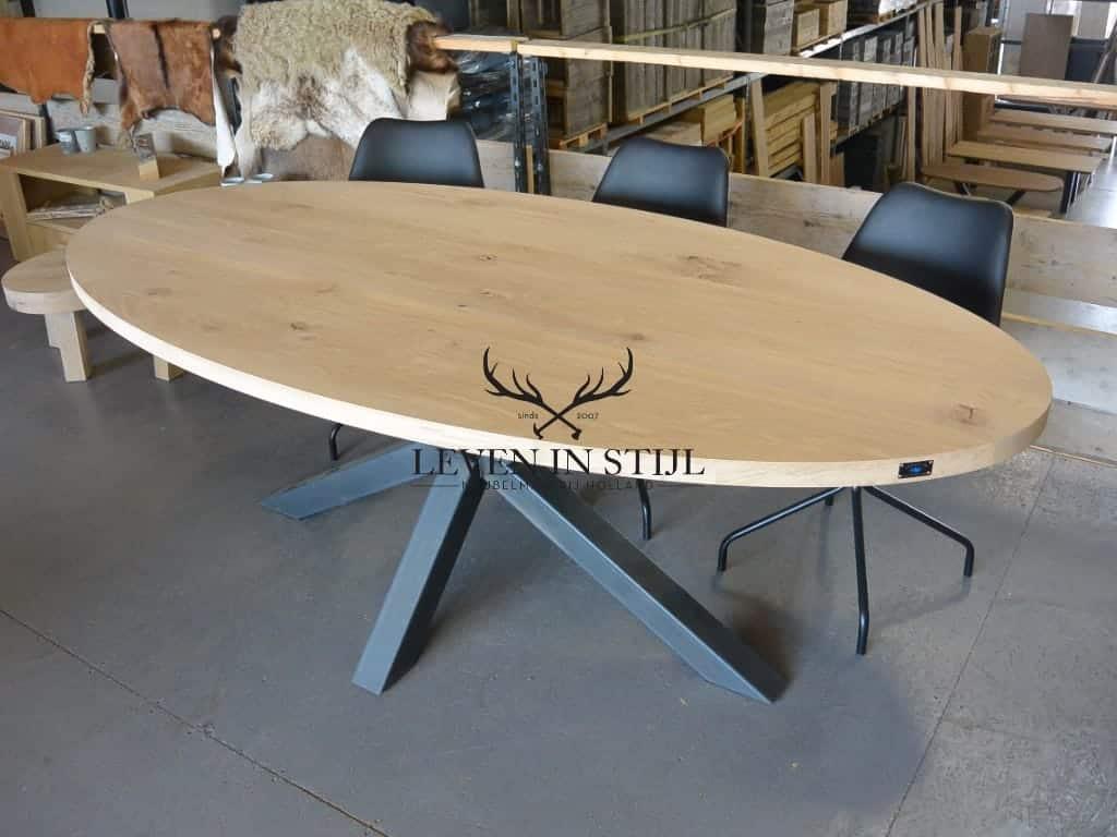 Stoere ovale tafel eikenhout met stalen onderstel op maat gemaakte massieve tafel van eikenhout