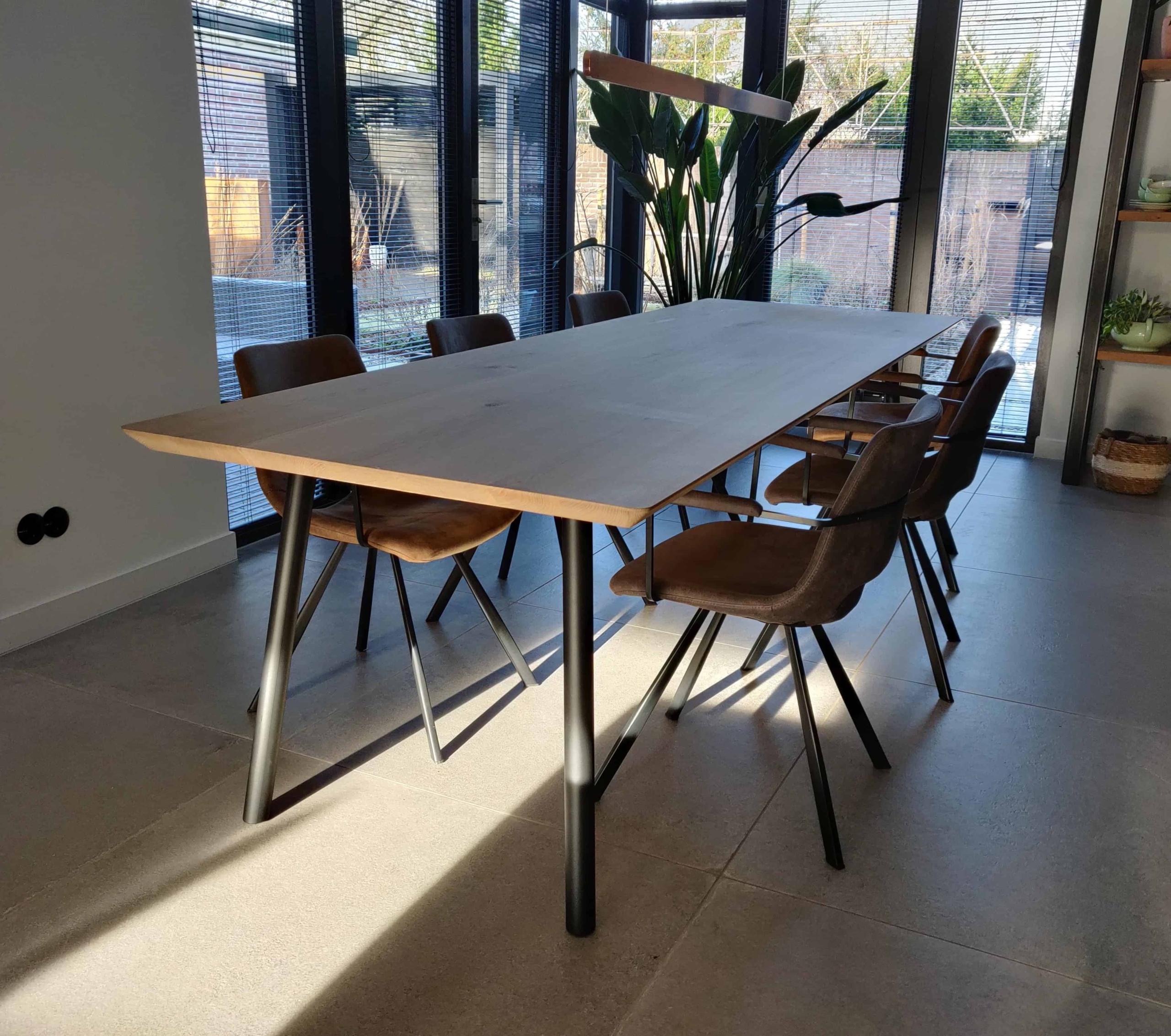 Eetkamer tafel met zwarte ronde poten van staal
