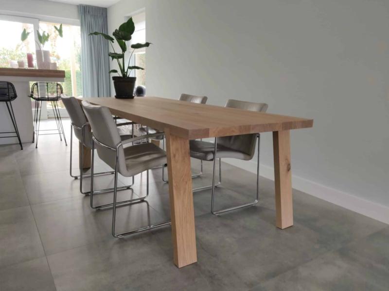 Eetkamertafel met schuine houten poten