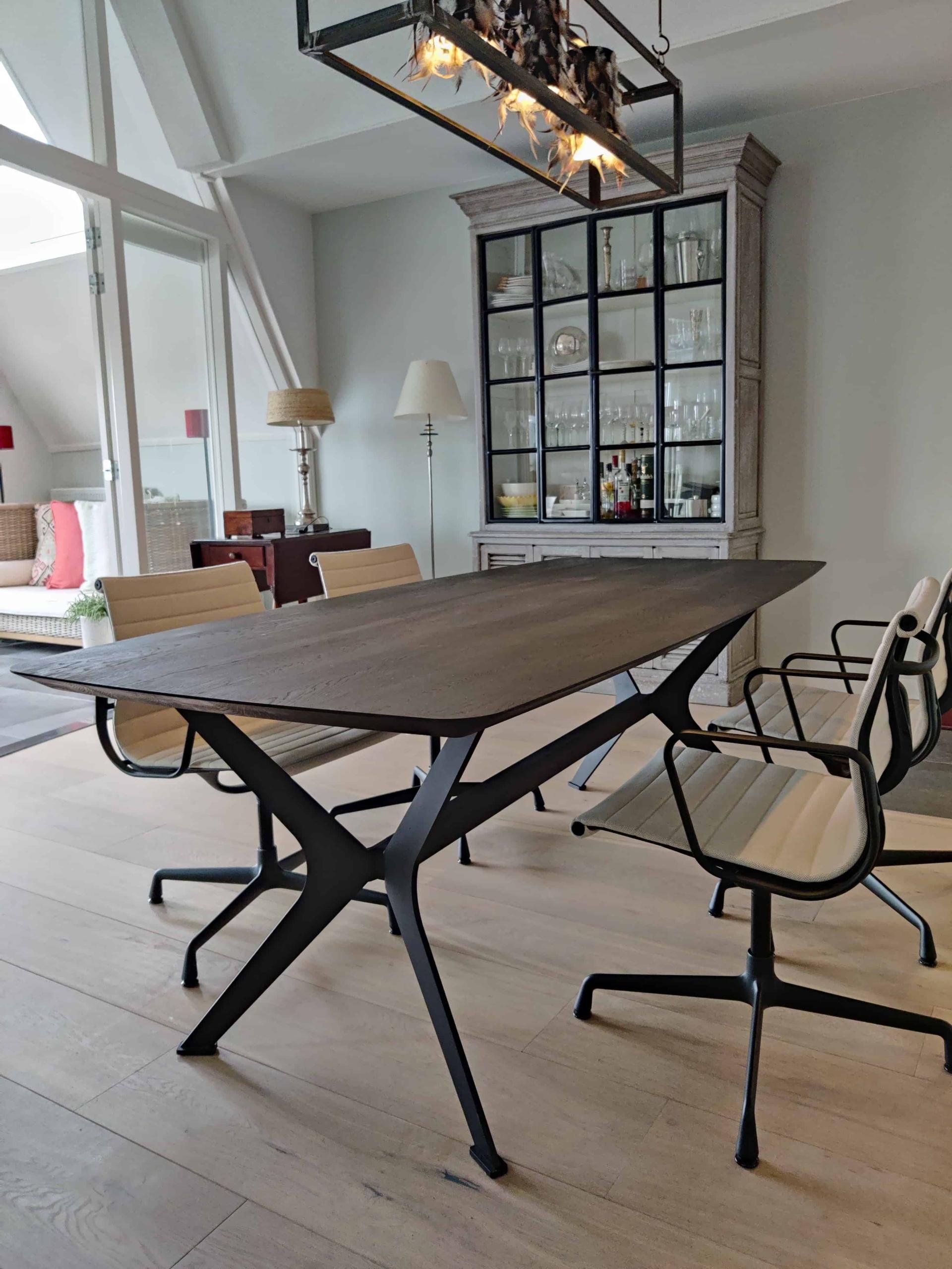 Zwarte eiken tafel met design poot