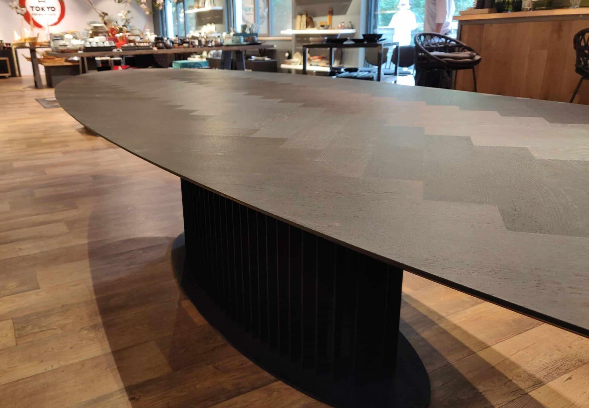 zwarte ovale visgraat vergadertafel of eettafel op maat gemaakt bij Leven in Stijl meubelmakerij in Alkmaar. Ook maken wij deze ovale grote tafel in vele maten en elke andere kleur