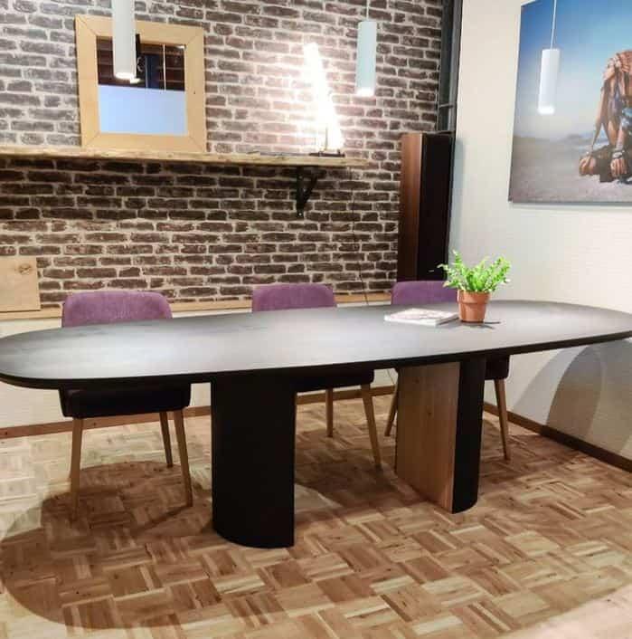 Zwarte tafel met design poot