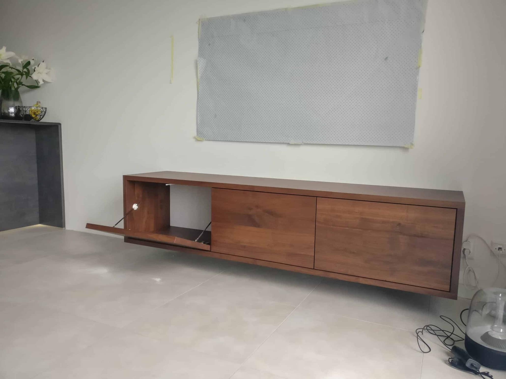 Donker zwevend tv meubel